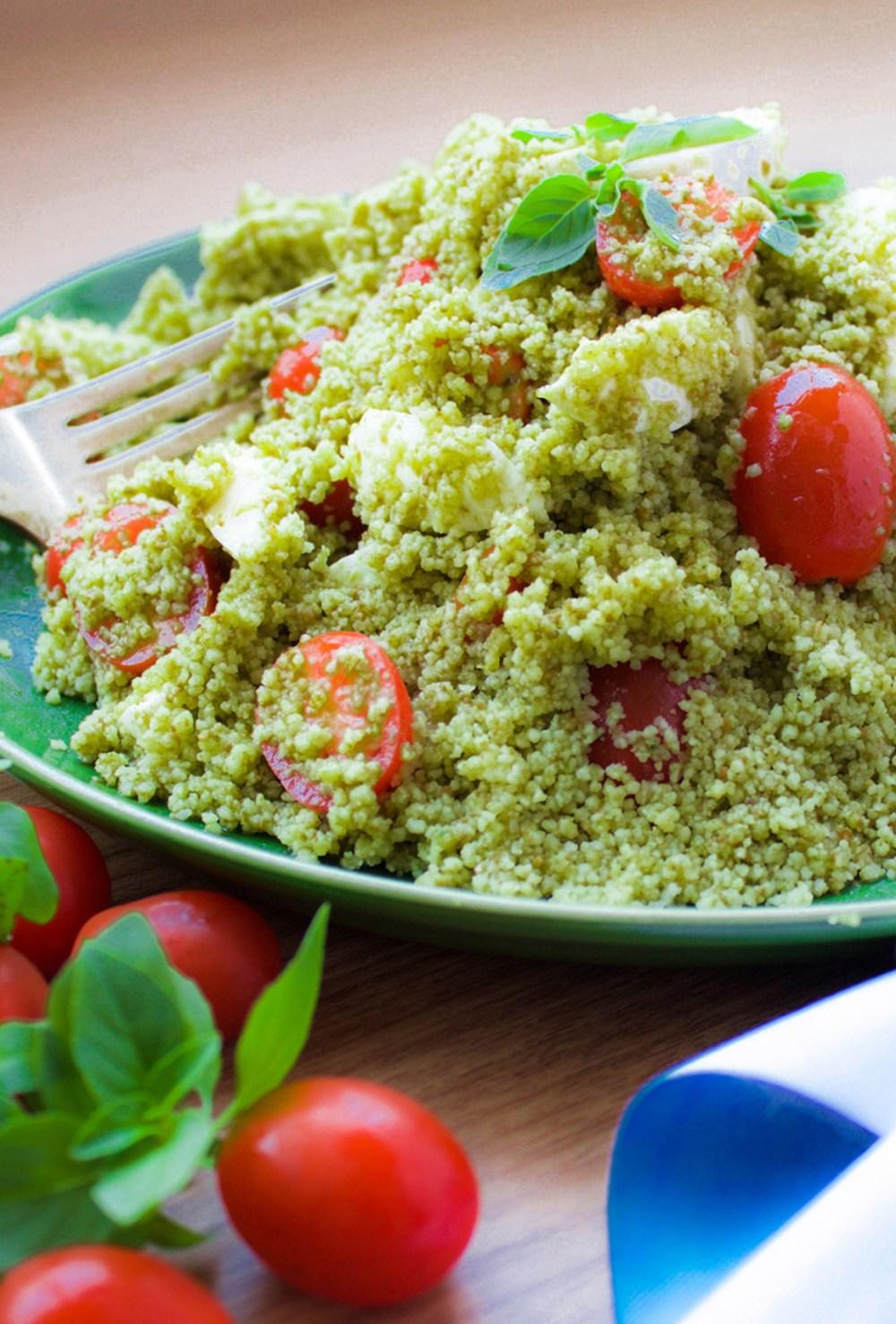 Salada de couscous ao pesto e tomate cereja com mozzarella