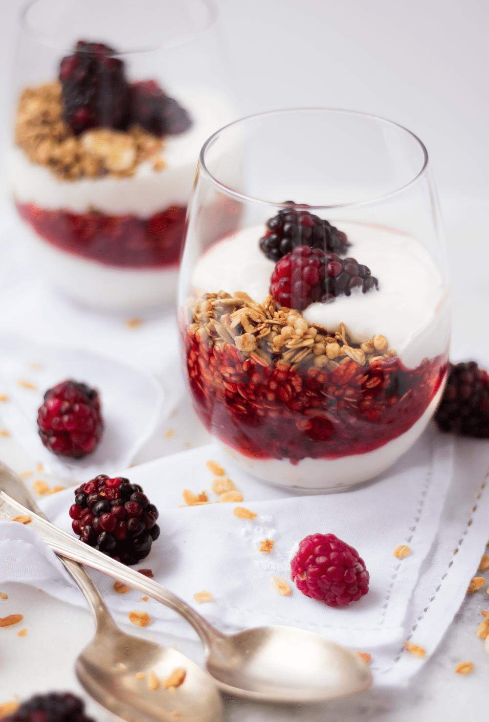 Café da manhã em 5 minutos – Parfait de iogurte com frutas vermelhas