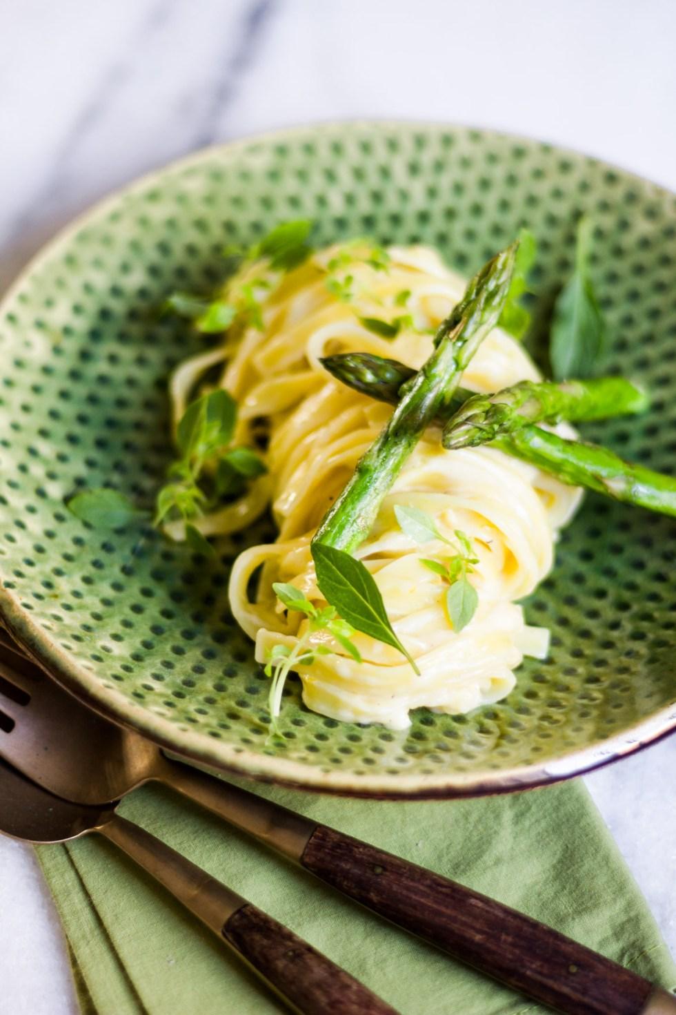 Fettuccine ao limão com aspargos grelhados