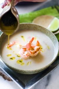 Sopa de feijão branco com camarão