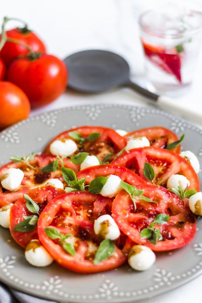 Salada Caprese com redução de balsâmico