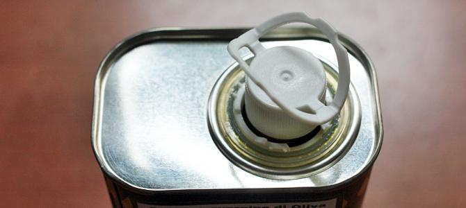 缶入りオリーブオイル_フタの開け方