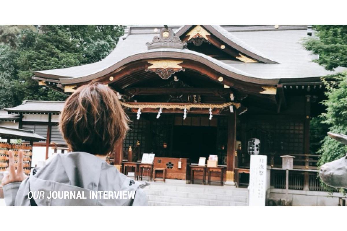 塔羅占卜師Andy站在日本卡通鬼太郎神社之前