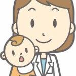 女医に抱っこされる赤ちゃん