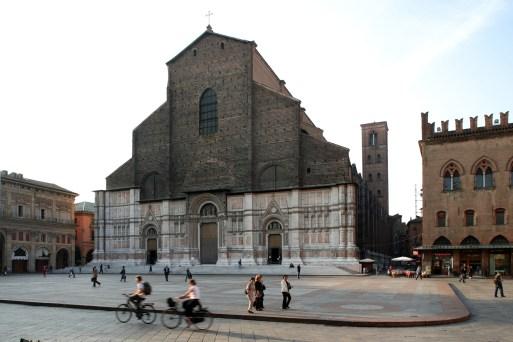 Bologna. Piazza Maggiore. La (chiesa) basilica di San Petronio (1390). Bicicletta.