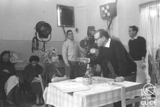 Antonio Pietrangeli conversa con Simone Signoret durante le riprese del film 'Adua e le sue compagne' - campo medio - Personaggio: Pietrangeli, Antonio Rovere, Gina Riva, Emmanuelle Signoret, Simone