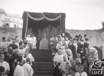 La cerimonia religiosa per l'inaugurazione della scultura