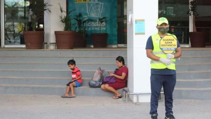 Hay brigadistas en las calles de Cancún pidiendo a la gente respetar medidas sanitarias; muchos hacen lo que quieren sin temor al Covid-19