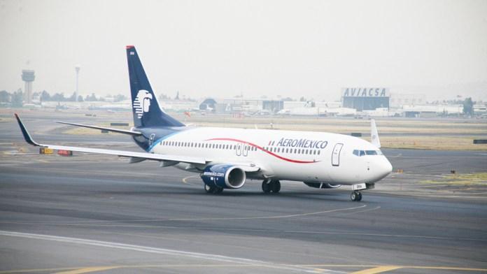 Revisa Aeroméxico pagos a sobrecargos