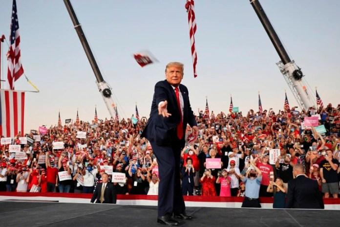 Desdeña Trump la sana distancia en mitin