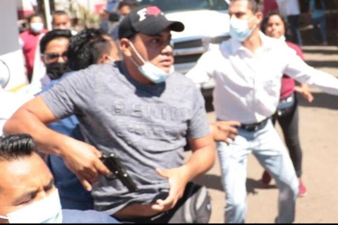 Exigen vacunas en Oaxaca; los reciben armados