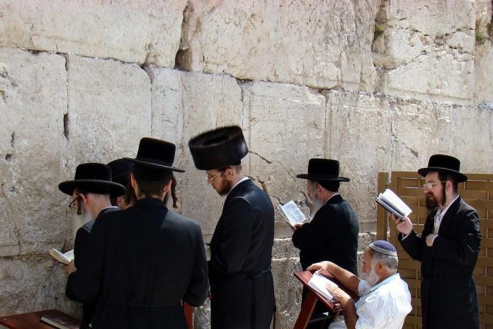 Van cientos de judíos al Muro de Lamentos