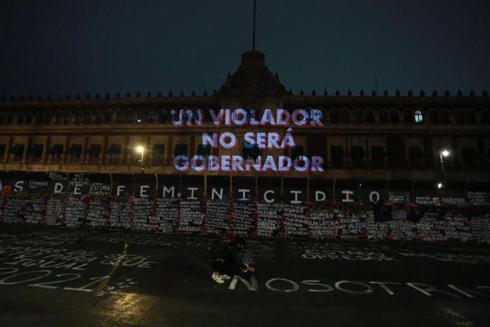 Proyectan consignas feministas en fachada de Palacio