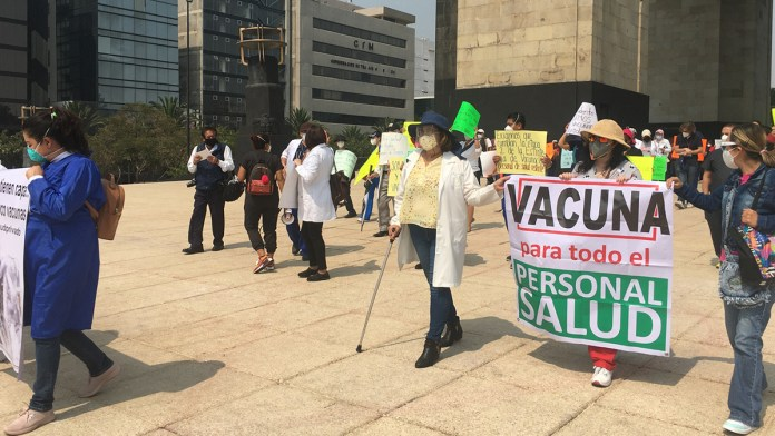 Marchan médicos para exigir vacuna