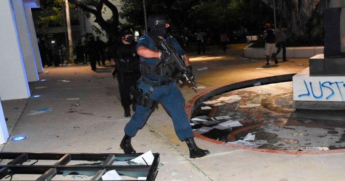 Niega juez suspensión a policías represores