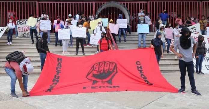 Bloquean normalistas vías en Chiapas
