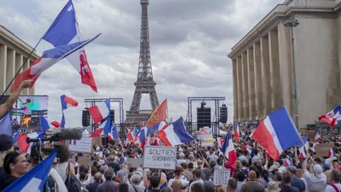 Aumenta descontento francés por pase Covid