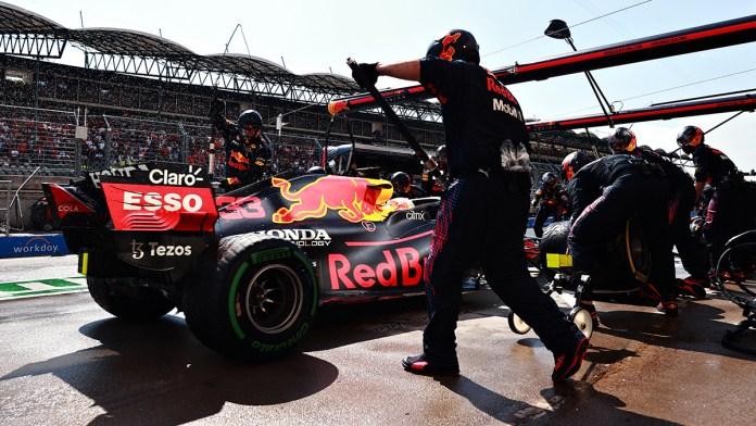 Llegan Red Bull y Mercedes peleados al descanso