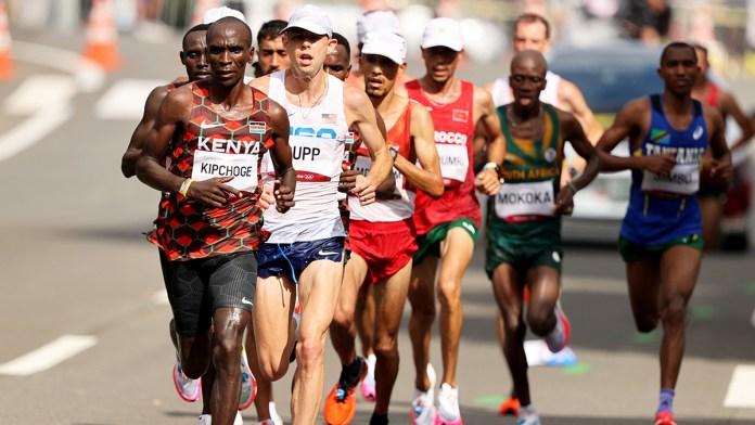 Repite Kipchoge el oro en maratón
