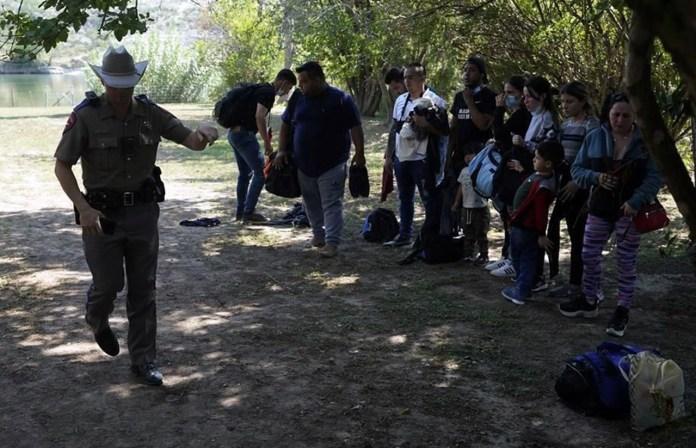Dejan sin ayuda legal a migrantes en Texas