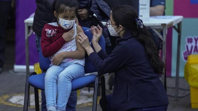 Aplica Chile vacunas anti Covid a niños en escuelas