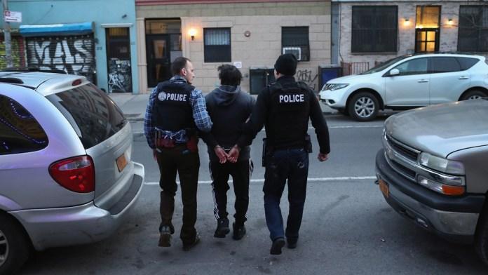 Frena Biden arrestos masivos de migrantes