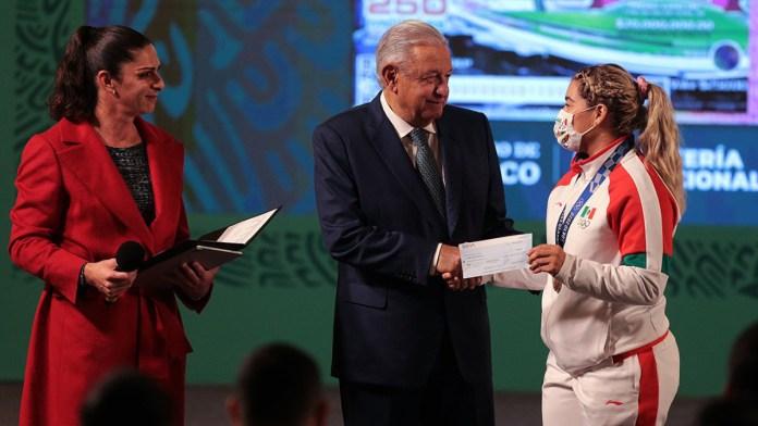 Entregan premios económicos a deportistas de Tokio 2020