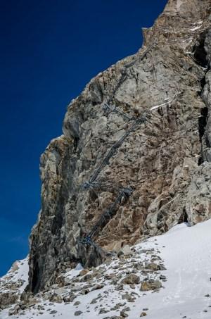 Nueva escalera al refugio. Actualmente la altura que separa el refugio del glaciar es de 150 metros.