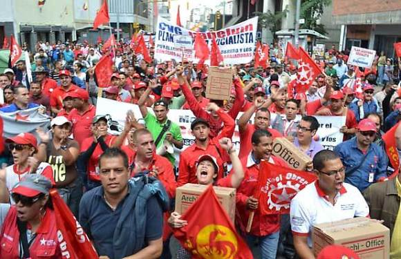 Entregan firmas en asamblea nacional, para aprobar ley de consejos de trabajadores y trabajadoras.
