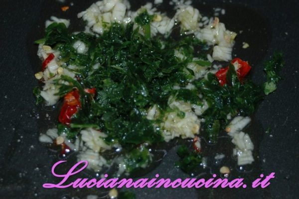 In un tegame inserire olio, aglio e prezzemolo e soffriggere per 3 minuti.