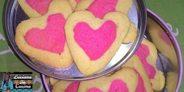 Ora tagliamo i biscotti alti circa mezzo centimetro, li adagiamo su una teglia ricoperta di carta forno e li lasciamo in frigorifero fino a quando il forno avrà raggiunto la temperatura di 180°C.  Cuociamo per 10-12 minuti. Sembreranno chiari e morbidi.  Fateli raffreddare nella teglia senza toccarli. Una volta raffreddati saranno perfetti.