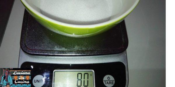 Pesare 80 gr. di zucchero bianco.