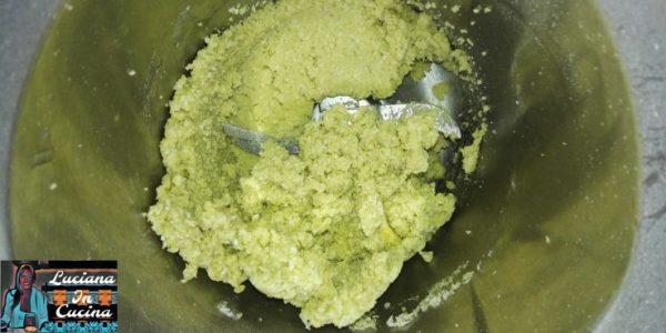 Inserire tutti gli ingredienti nel robot da cucina, tranne la Nutella ed impastare fino ad ottenere un composto ben compatto.
