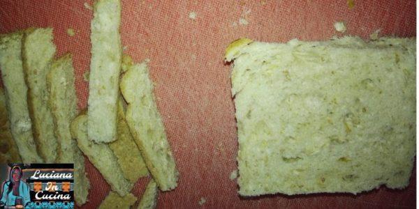 Prendere le fette di pancarrè ed eliminare la crosta esterna