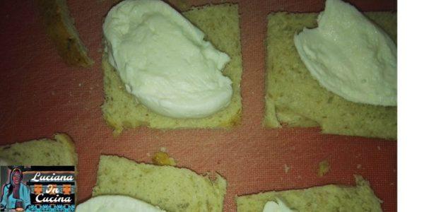 Adagiare su metà delle fette di pancarrè una fetta di mozzarella
