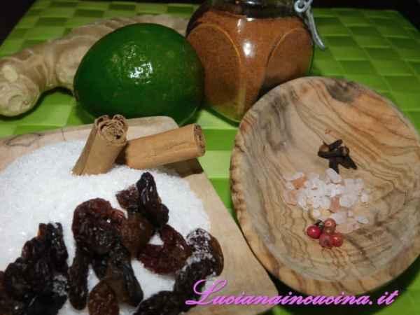 Scaldare in una pentola l'aceto, il peperoncino, il pepe rosa, il sale e i chiodi di garofano.