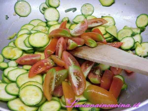 Quindi i pomodorini tagliati in quattro parti e, dopo 5 minuti
