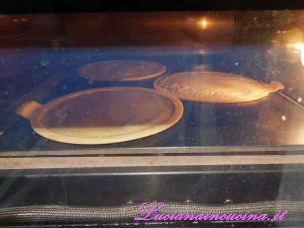 Cuocere le cialde fino a doratura per circa 15 minuti. Quando la prima cialda è cotta, toglierla dal forno e sagomarla immediatamente a forma di cono o di coppetta.