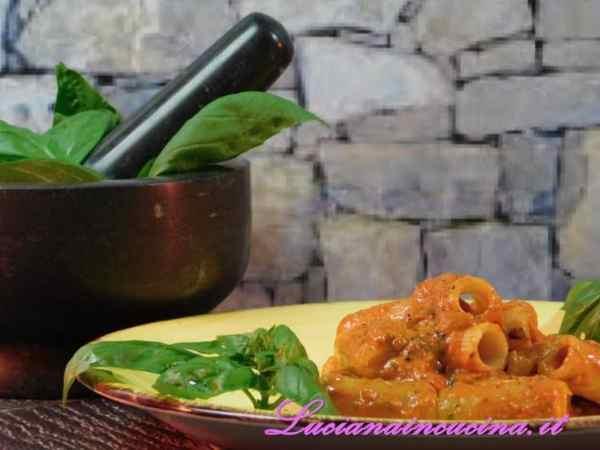 Condire la pasta con il pesto di peperoni, decorare con qualche foglia di basilico e servire subito.
