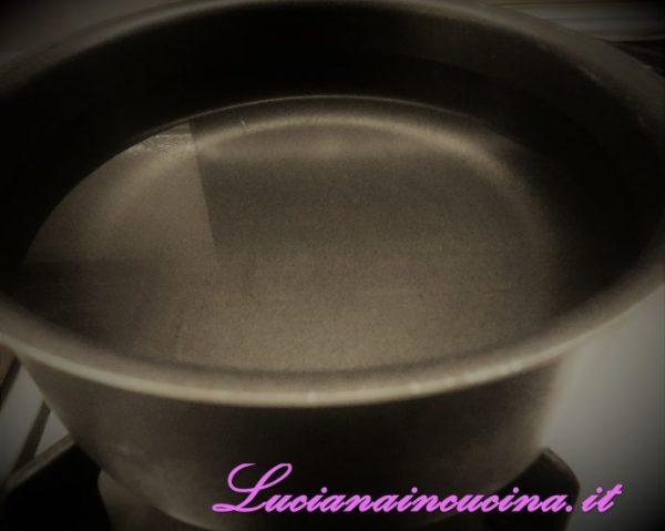 Portare ad ebollizione in un pentolino l'acqua.
