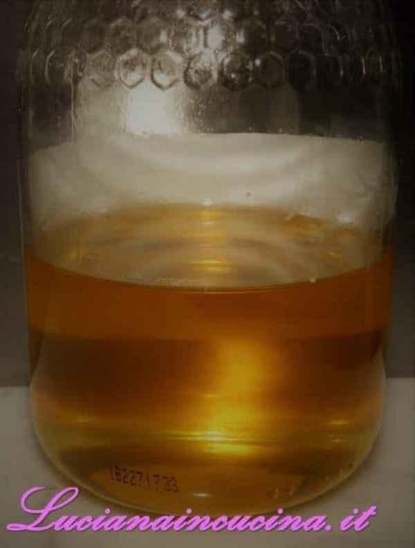 Aggiungere il miele, mescolare bene, poi filtrare e bere a piccoli sorsi.