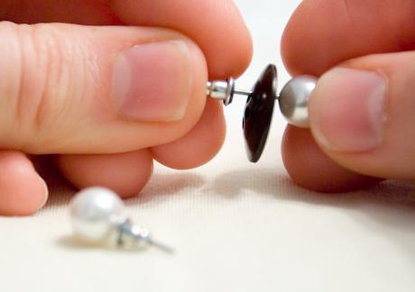 Dica para guardar brincos com botões - como manter brincos organizados - blog de moda