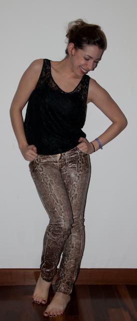 look do dia: calça de estampa de cobra com blusa de renda, sandália schutz e bolsa louis vuitton. Blog de moda