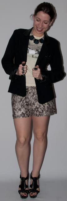 Look do dia: como usar estampa de cobra com camiseta, blazer e salto alto Schutz. Blog de moda