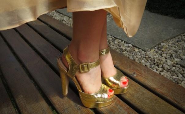 o que vestir em casamento na praia - look madrinha com vestido nude, sandália e clutch dourada - blog de moda