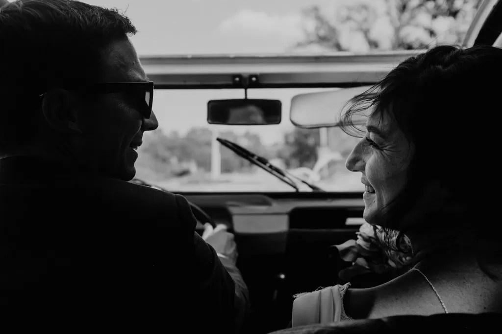 photo noir et blanc couple mariés dans la voiture