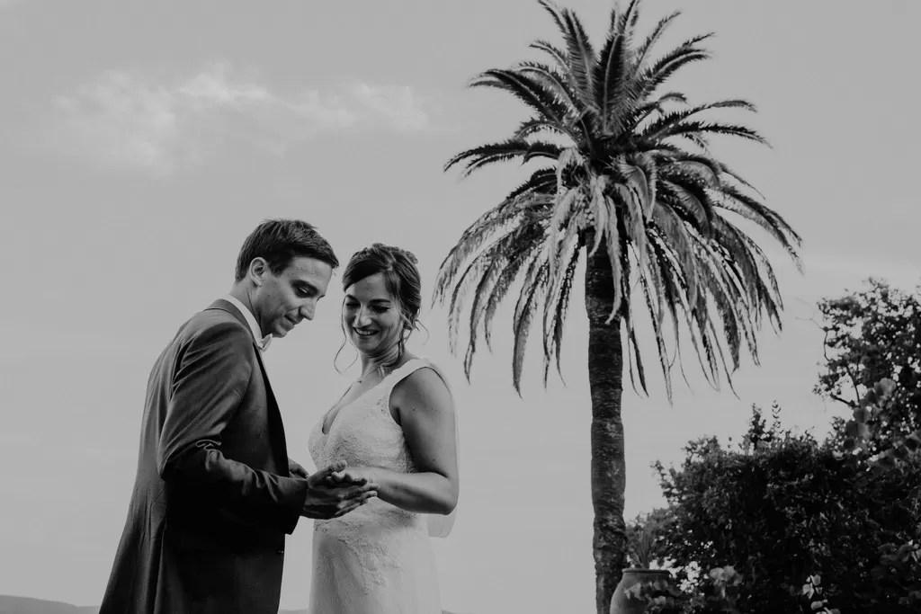 photo de couple mariés noir et blanc cocotier