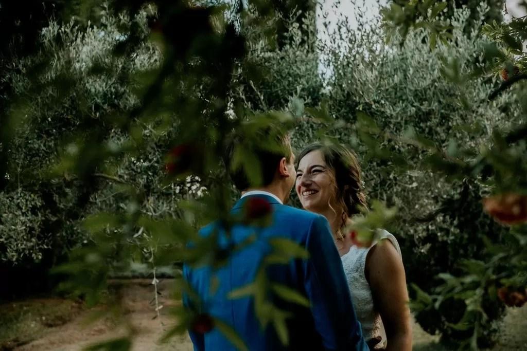 photo de couple dans les feuillage dans la nature en normandie cherbourg