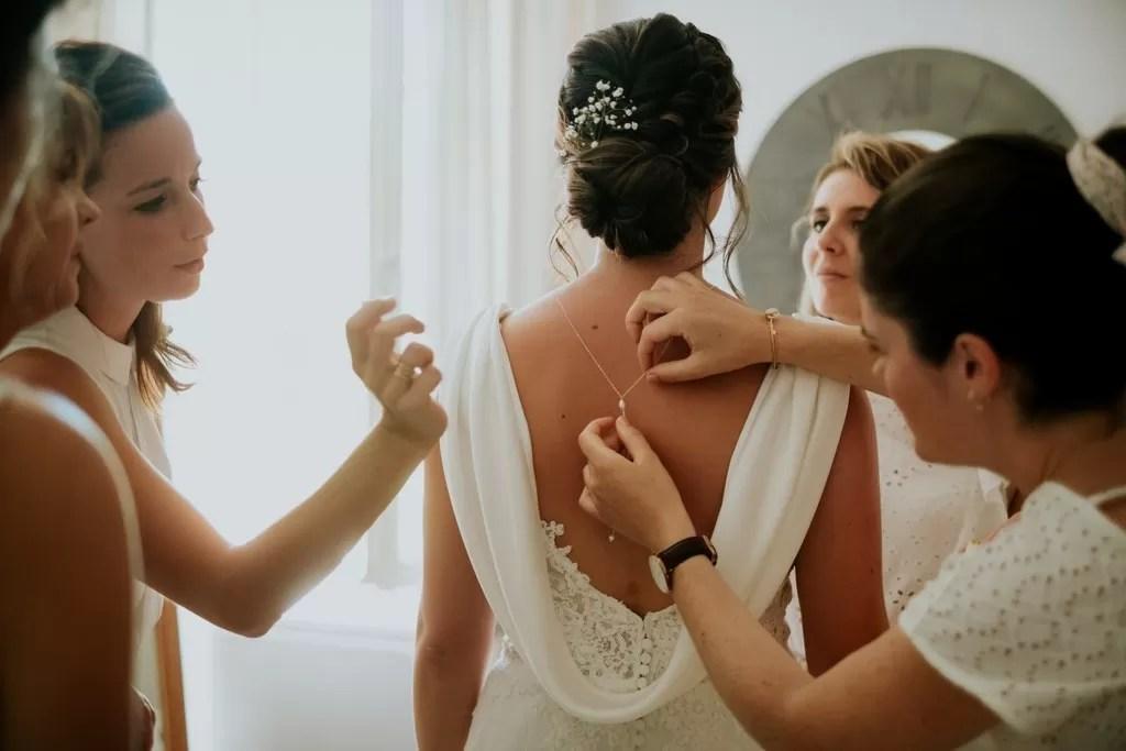 photo préparatifs de la mariée avec ses demoiselles d'honneur