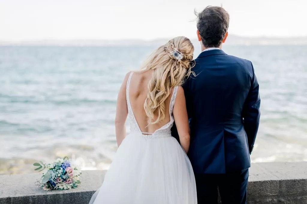coiffure mariage cheveux long bouclé détaché romantique glamour blonde tresse fleur séché robe dos nu robe romantique